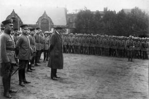 Gustav Noske bei einer Ansprache vor den Freikorps 1919