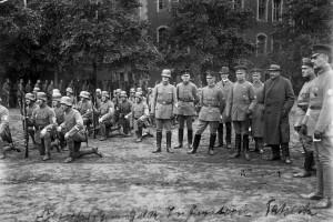 Gustav Noske bei einer Besichtigung der Freikorps 1919