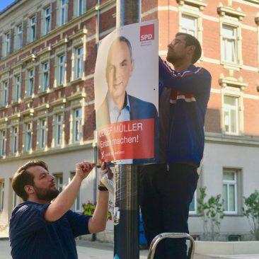 Sören Gruner und Sebastian Reichelt plakatieren im Chemnitzer Zentrum für den Bundestagswahlkampf 2017